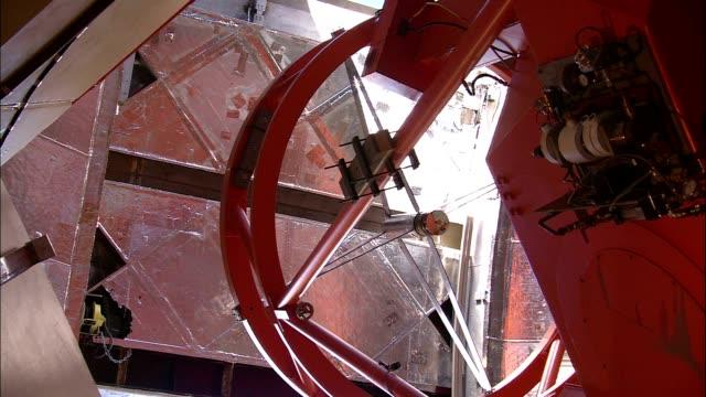 a door opens on the mauna kea observatory. - 光学機器点の映像素材/bロール