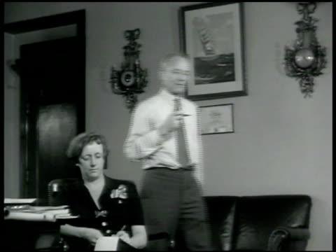 vidéos et rushes de door sign us maritime commission es land chairman admiral es land dictating to secretary cu admiral land - 1942
