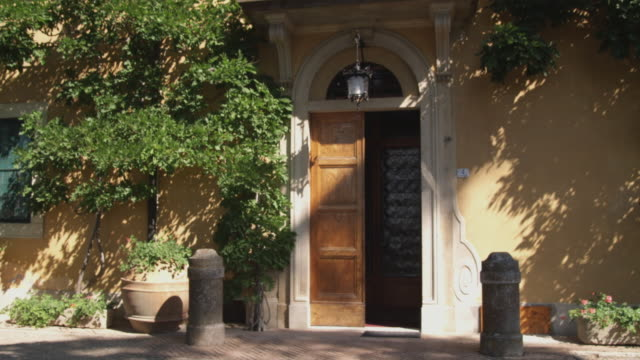 ws door to old country home / florence, italy - appartamento video stock e b–roll