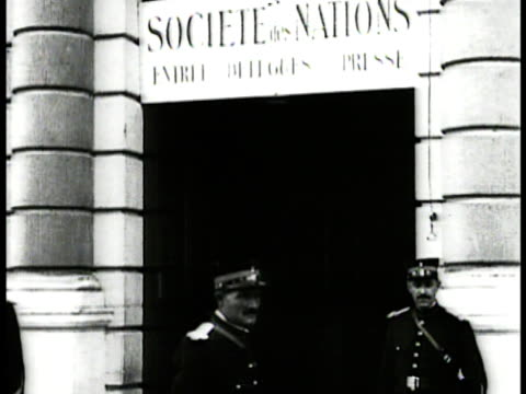 vidéos et rushes de door w/ sign above societe des nations french guards standing cars arriving driving up to curb ws convertible car parked curbside w/ door bg - 1918