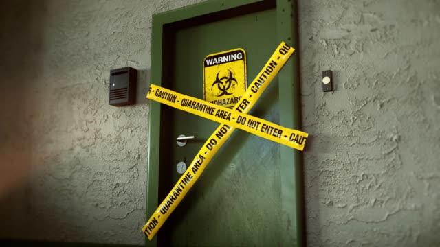 検疫のバイオハザードサイン警告付きドア。 - バイオハザードマーク点の映像素材/bロール