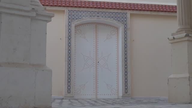 stockvideo's en b-roll-footage met door with decoration - el djem