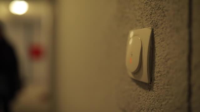 stockvideo's en b-roll-footage met deurbel ring knop op de muur - aanbellen