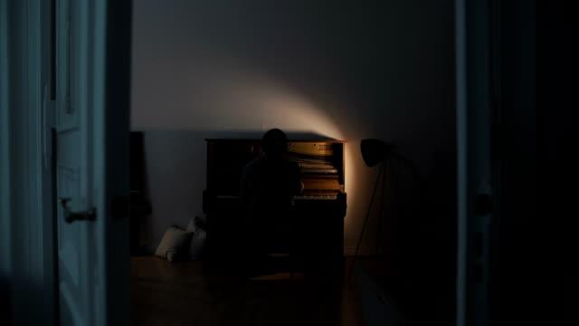 türen öffnen sich, und man spielt klavier - elektrische lampe stock-videos und b-roll-filmmaterial
