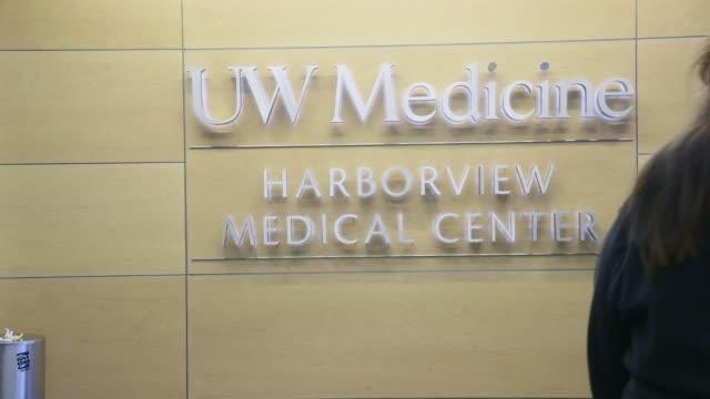 vídeos de stock e filmes b-roll de doors opening and closing at entrance to harborview medical center in seattle, exterior. - edifício médico