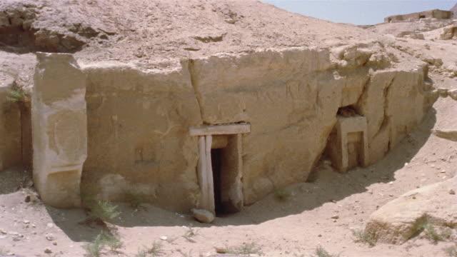 HA WS ZI Doorway in large rock / Giza, Egypt