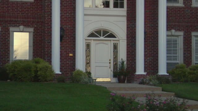 stockvideo's en b-roll-footage met ms doorway of house/ zo ws large suburban home with columns and lawn/ temple, texas - baksteen