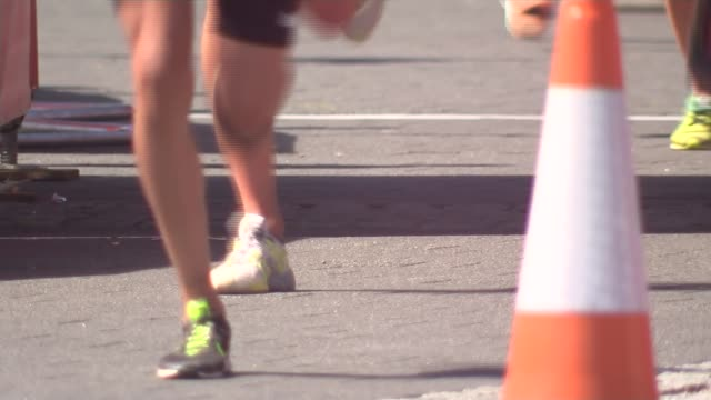 vídeos de stock, filmes e b-roll de iaaf highlights questionable test results of 28 athletes gvs legs of runners along during road race - abuso de substâncias