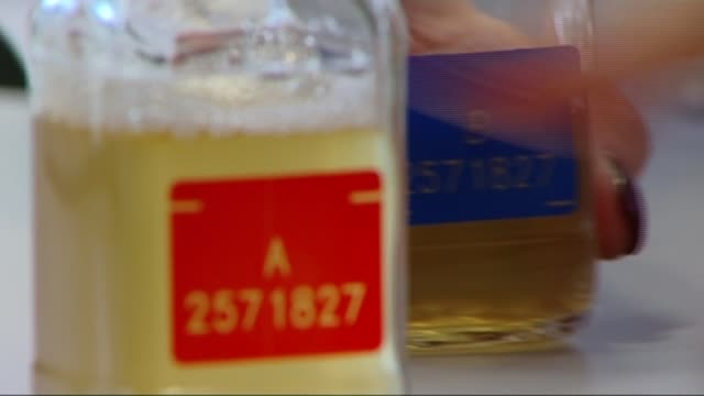 russian spokesman claims allegations are unfounded t16071332 / tx switzerland lausanne various shots ioc scientists in laboratory preparing and... - ドーピング点の映像素材/bロール