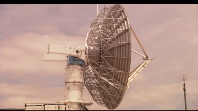 vídeos de stock, filmes e b-roll de ms, doppler radar dish rotating against cloudy sky, texas, usa - doppler