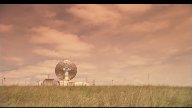 vídeos de stock, filmes e b-roll de ws, doppler radar dish rotating in flat grassy landscape, texas, usa - doppler