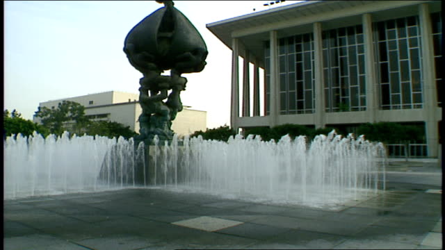 dorothy chandler pavilion water fountain with statue los angeles california - dorothy chandler pavilion stock videos & royalty-free footage