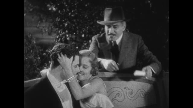 vidéos et rushes de 1931 dorothy lee turns from embracing man to sign autograph for eddie kane - 1931