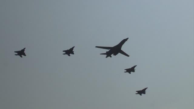 vídeos y material grabado en eventos de stock de dos bombarderos estadounidenses b 1b sobrevolaron el martes corea el sur en una demostracion de fuerza contra corea del norte cuatro dias despues de... - ee.uu