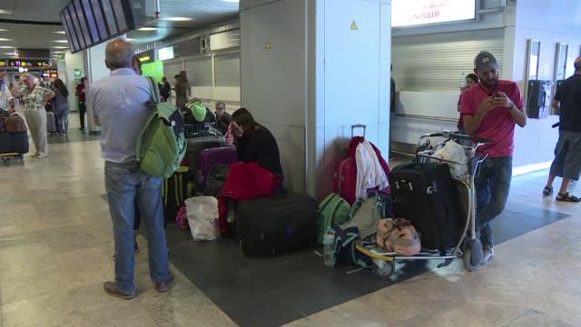 Dos centenares de viajeros mexicanos viven desde hace dias en el aeropuerto de Madrid Barajas varados tras comprar billetes promocionales o en...