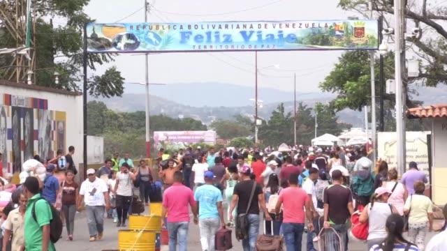 dos conciertos se realizaran en la frontera entre venezuela y colombia el recital del gobierno de nicolas maduro sera del lado venezolano del puente... - puente stock videos & royalty-free footage