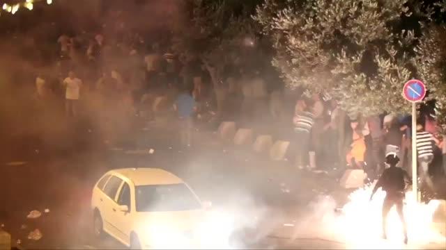 dos palestinos murieron el sabado en nuevos choques con las fuerzas del orden israelíes cerca de jerusalen un día despues de los enfrentamientos... - entrada stock videos and b-roll footage