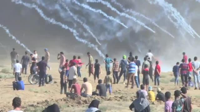 stockvideo's en b-roll-footage met dos palestinos murieron el viernes por disparos de soldados israelies en la franja de gaza en enfrentamientos durante una manifestacion a lo largo de... - israëlisch palestijns conflict
