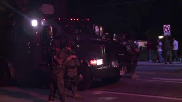 dos personas fueron heridas de bala y 31 detenidas el lunes en una nueva noche de violencia en ferguson donde siguen las manifestaciones al hilo de... - blanco y negro stock videos & royalty-free footage