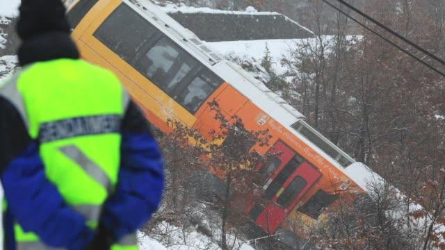 dos personas murieron y varias resultaron heridas el sabado al descarrilar un tren turistico en los alpes franceses voiced descarrila tren turistico... - personas stock videos & royalty-free footage