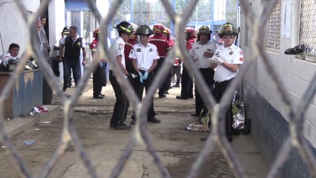 dos reclusos murieron y al menos una decena resultaron heridos este martes en un motin registrado en una carcel para hombres en la periferia sureste... - hombres stock videos & royalty-free footage