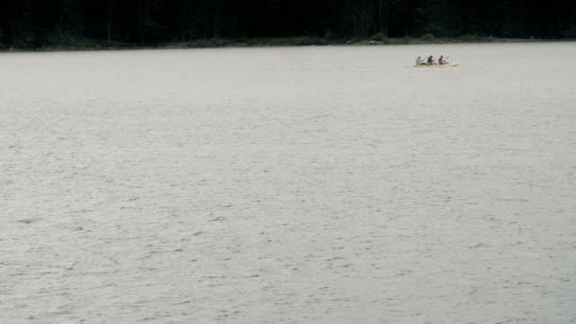vídeos de stock e filmes b-roll de dospat/bulgaria-06.15.2018: three man kayaking in shiroka polyana dam at sunset in a moody day. - ecoturismo