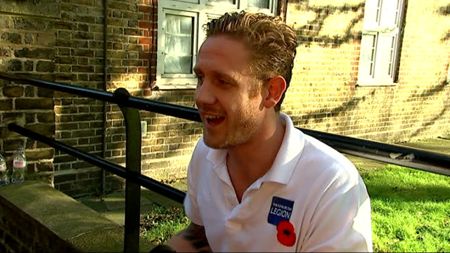 double amputee royal marine completes poppy appeal run various shots of ben mcbean and friend paul brown running with others during charity run paul... - amputiert stock-videos und b-roll-filmmaterial