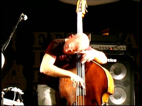 stockvideo's en b-roll-footage met double bass player avishai cohen performing, france - bukken