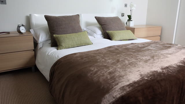 vidéos et rushes de double bed in bedroom - beige