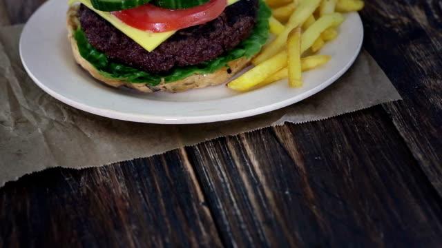 vídeos y material grabado en eventos de stock de hamburguesa y papas fritas con camas dobles - grupo mediano de objetos
