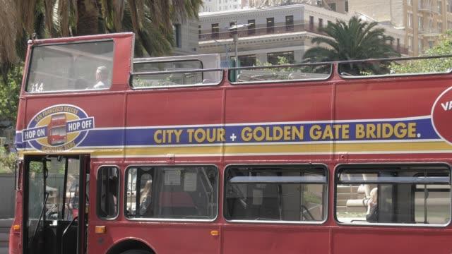 double deck tourist bus near union square, union square, san francisco, california, united states of america, north america - dubbeldäckarbuss bildbanksvideor och videomaterial från bakom kulisserna