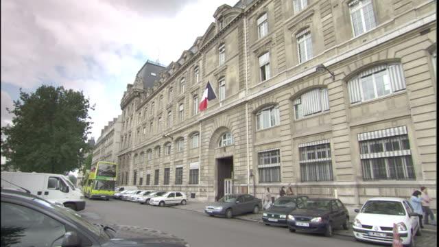 vidéos et rushes de a double decker bus passes a police station in paris. - lieux géographiques