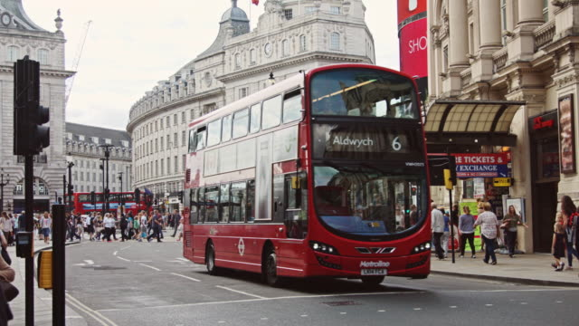 double decker buses in london's west end - autobus a due piani video stock e b–roll