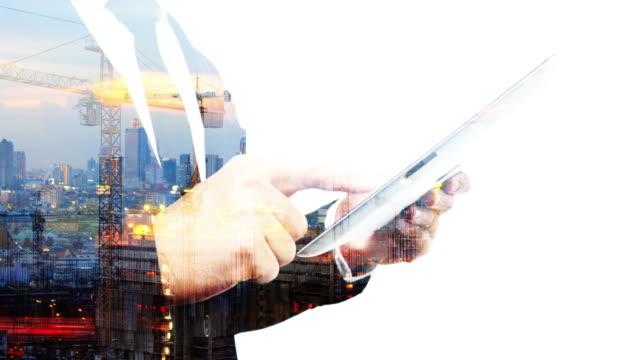 vídeos y material grabado en eventos de stock de hombre de negocios de doble exposición trabajando con una tableta digital. - efecto de multi capa