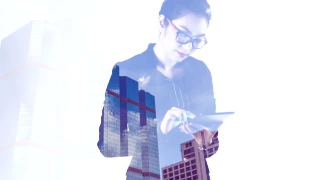 Dubbele blootstelling zakenvrouw werken met een digitaal tablet.