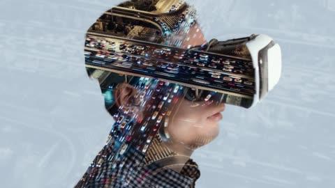stockvideo's en b-roll-footage met t/l td dubbele blootstelling van de mens het dragen van virtual reality headset met verkeer in de achtergrond - ingewikkeldheid