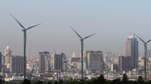 vídeos de stock, filmes e b-roll de turbinas de energia eólica de dupla exposição e centro da cidade. prosperidade e energia limpa - recurso sustentável