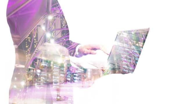 vídeos y material grabado en eventos de stock de doble exposición-hombre de negocios trabajando en ordenador portátil. - efecto de multi capa