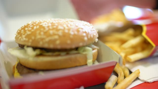 vidéos et rushes de hamburger double ms et fries français - unhealthy eating