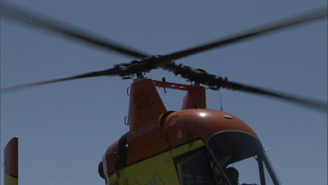 double rotors spin on a small helicopter. - propeller stock-videos und b-roll-filmmaterial