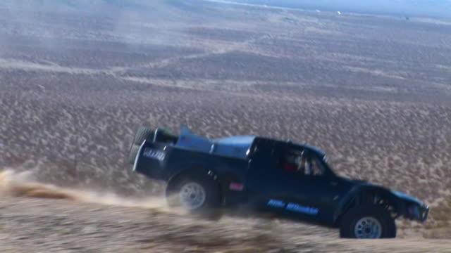 ha ts double seat off-road trophy truck riding through desert, barstow, california, usa - gara off road video stock e b–roll