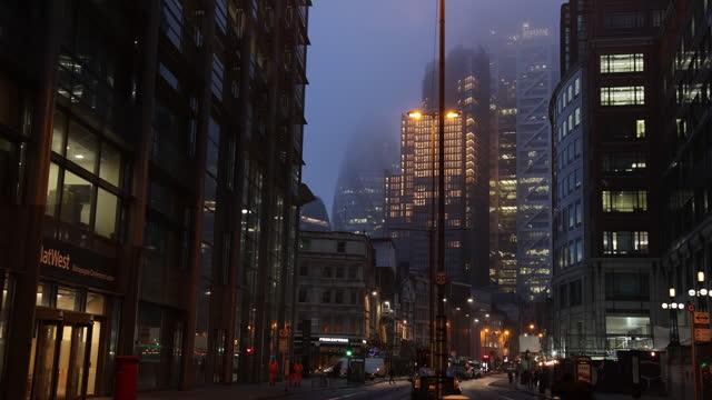 double-decker bus riding on street on foggy evening in london, u.k., on monday, february 1, 2021. - dubbeldäckarbuss bildbanksvideor och videomaterial från bakom kulisserna