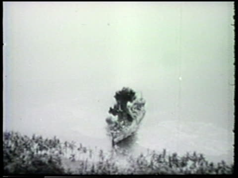 vidéos et rushes de s douglas a20 db7 havoc dropping bombs over japanese navy battleships docked at milne bay flying low over trees ws imperial japanese army soldiers... - vaisseau de guerre