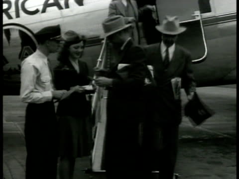 douglas dc2 airplane at airport ms texans down airplane steps ms men in cowboy hats standing at train station talking dramatization ms texans talking... - cowboyhut stock-videos und b-roll-filmmaterial