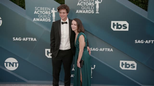 vidéos et rushes de douglas smith and tricia travis at the 26th annual screen actors guild awards - arrivals at the shrine auditorium on january 19, 2020 in los angeles,... - award