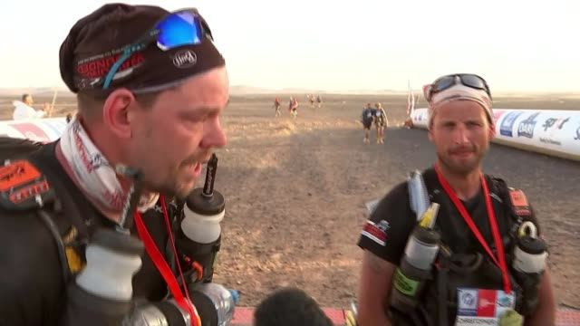 douple amputee duncan slater completes the marathon des sables armed forces douple amputee duncan slater completes the marathon des sables morocco... - schlußtag stock-videos und b-roll-filmmaterial