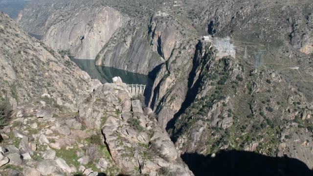 vídeos de stock e filmes b-roll de douro river, aldeadávila de la ribera dam wall 3 - barragem estrutura feita pelo homem