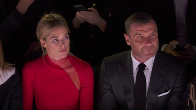 doutzen kroes and liev schreiber at tom ford - new york fashion week - spring 2018 at park avenue armory on september 06, 2017 in new york city. - 武器庫点の映像素材/bロール