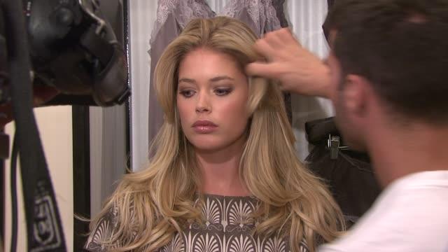 vídeos de stock, filmes e b-roll de doutzen kroes at the adriana lima and doutzen kroes unveil the all new supermodel obsessions at new york ny - supermodelo