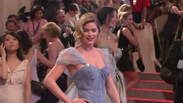 stockvideo's en b-roll-footage met doutzen kroes at the 'american woman fashioning a national identity' met gala arrivals at new york ny - 2010